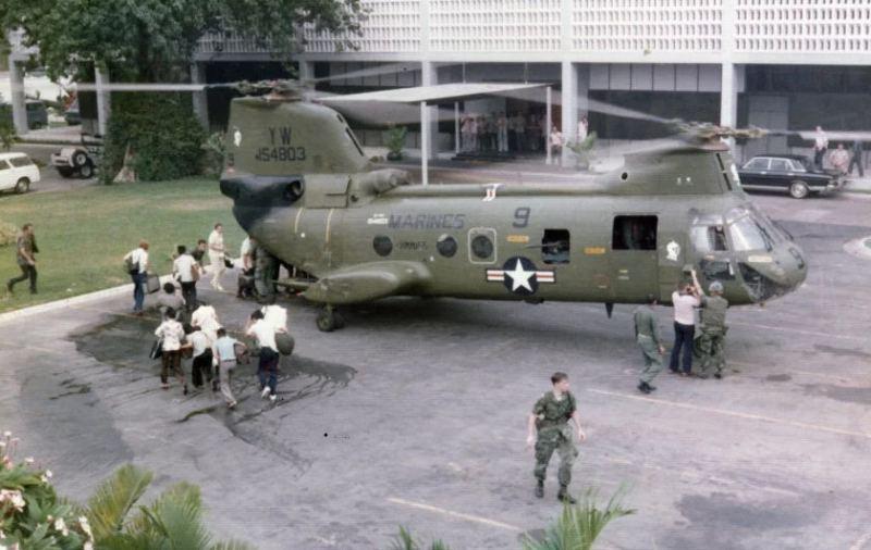 Sajgon, 30 april 1975: Posada helikoptera Boeing-Vertol CH-46D Sea Knightbroj YW 154803 (poznat i kao Lady Ace 09)  iz sastava HMM 165 – 165. skvadrona srednjih helikoptera Mornaričkog koprusa (Marine Medium Helicopter Squadron 165 White Knights) tokom operacije Frequent Wind, 30 aprila 1975,po ličnom naređenju predsednika SAD Gerald Ford-a, evakuiše osoblje i  američkog ambasadora Graham Martin-a iz zgrade ambasade u Sajgonu.