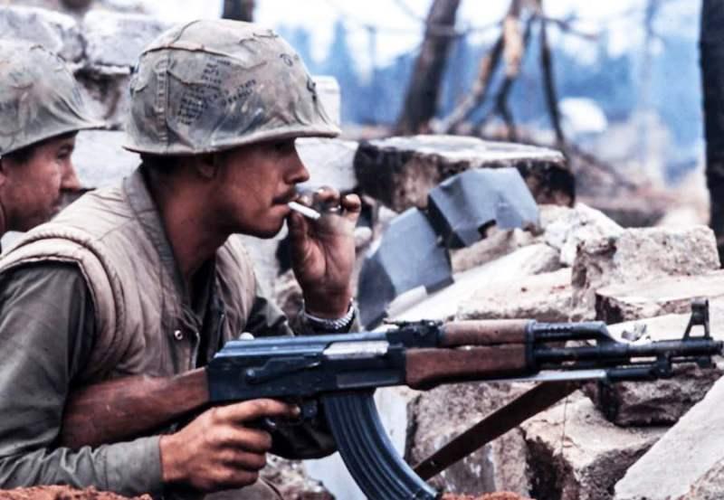 Americki marinac sa automatom Tip-56 tokom bitke kod grada Hue 1968