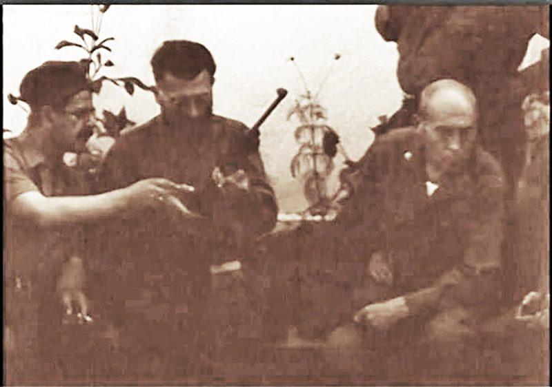 Nikola Lalić obučava Dražu Mihailovića u rukovanju karabinom .30 M1.