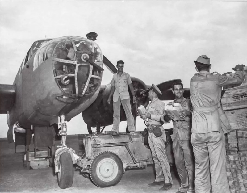 Ljudstvo 12. bombarderske grupe (12th Bomb Group) sa bazom u Italiji istovaraju slatkiše, zalihe i - cigarete. (Nacionalni arhiv).