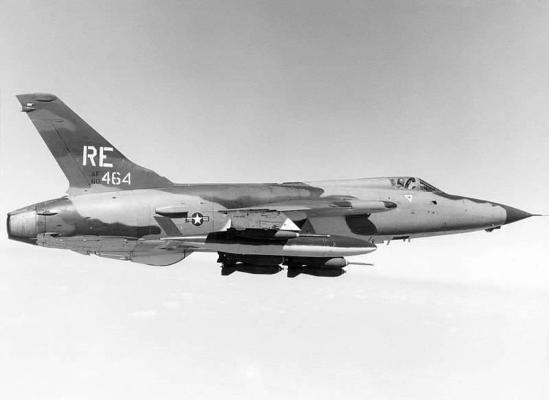 Lovac-bombarderF-105Dnaoružan sa bombamaMk-82iMk-117, iz sastava 44. taktičkog borbenogskvadrona (44. TFS) 355. taktičkog borbenog vinga (355. TFW) u letu iznad Vijetnama 1969. godine