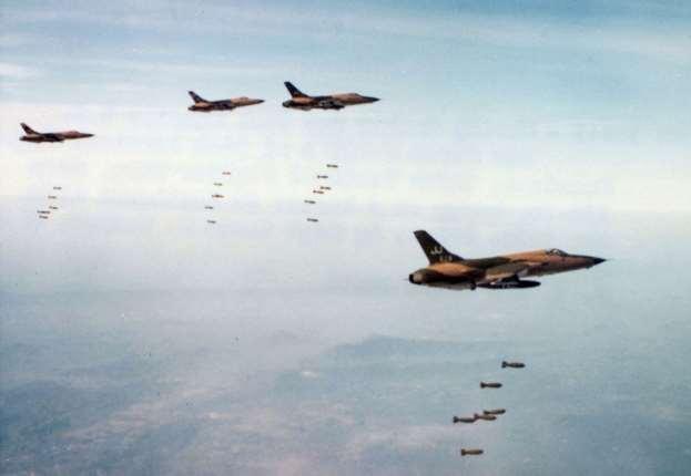 AvioniF-105Diz sastava34. TFSizbacuju bombe iz horizontalnog leta na velikoj visini po ciljevima u Severnom Vijetnamu