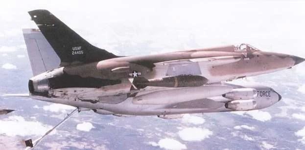 naoružan sa dve bombeMk-118od 1360 kg koje se kače na spoljnim potkrilnim nosačima, dok na unutrašnjim nosačima nosi dva dopunska rezervoara od 1705 litara goriva i na centralnom podtrupnom nosaču rezervoara od 2464 litre goriva. AvioniF-105Dtokom dopune gorivom u letu iznad Laosa, na putu ka Severnom Vijetnamu