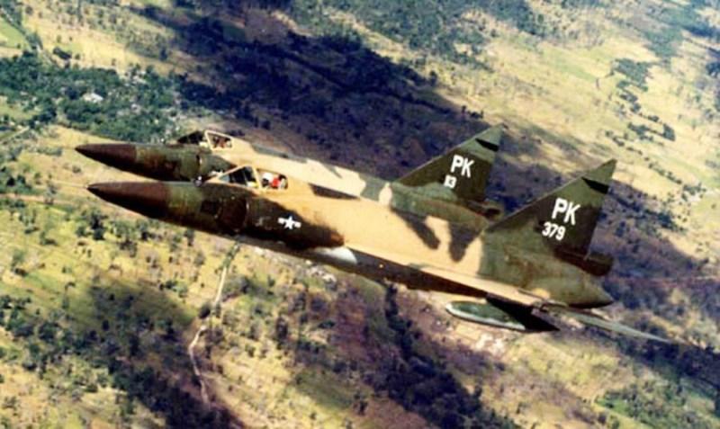 Par lovaca F-102A u letu iznad Juţnog Vijetnama.