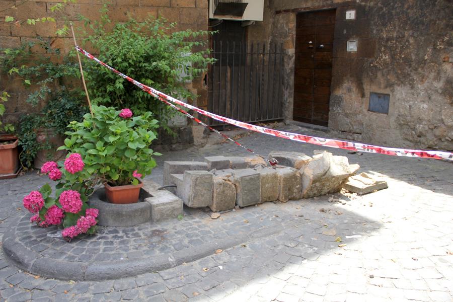 Divelta la fontana in piazza San Domenico