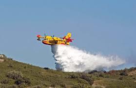 In fiamme ettari di campi a Benano: impegnati 3 canadair e 2 elicotteri