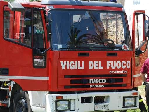 Auto finisce in un dirupo, donna salvata dai vigili del fuoco