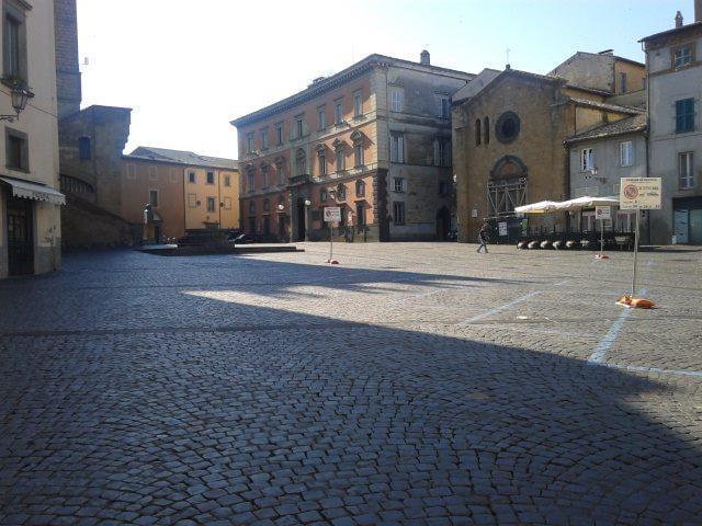 """Chiusura Piazza del Popolo, Casapound: """"Una folle decisione che graverà sull'economia della città"""""""