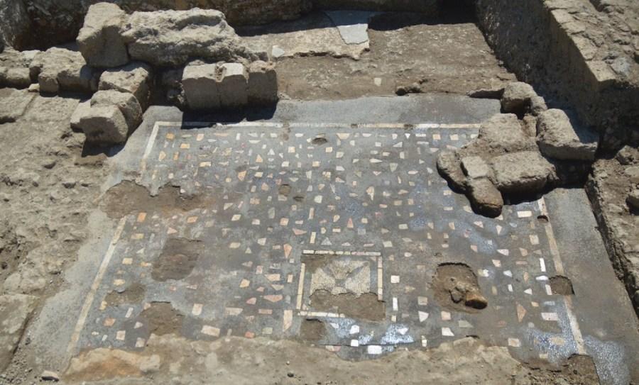 Nuovo ritrovamento a Campo della Fiera, ecco un elegante mosaico a tessere nere e scaglie di marmi policromi