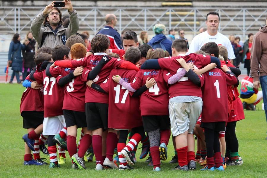 Giovani e giovanissimi dell'Orvietana Rugby sull'erba dello stadio Santa Giuliana
