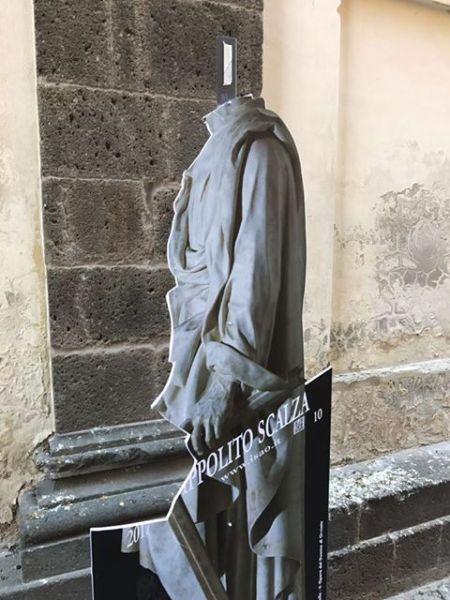 Decapitata dai vandali la Statua di Ippolito Scalza in via Luca Signorelli