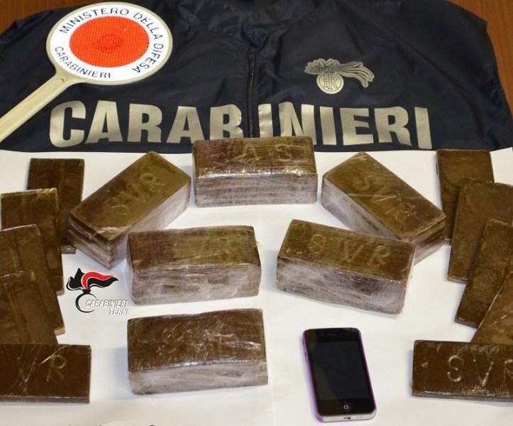 Quattro chili di hashish e un taser camuffato da cellulare, arrestati due corrieri della droga