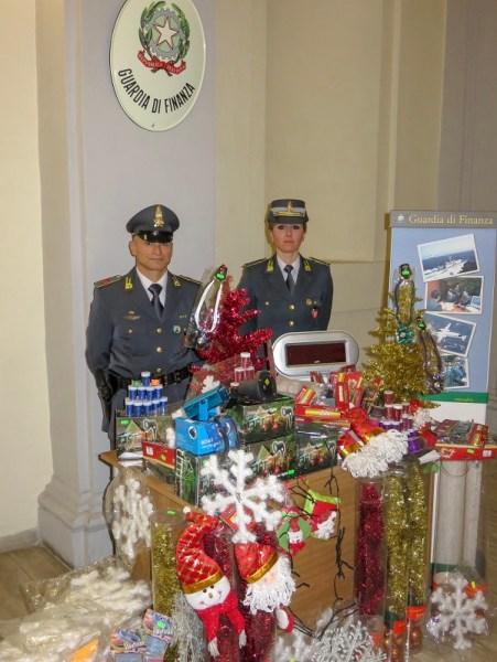 Prodotti natalizi non sicuri, la Gdf di Orvieto ne sequestra 11mila. Nei guai un ecuadoregno e un cinese