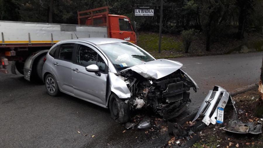 Auto contro albero, nuovo incidente lungo la strada dell'Abbadia