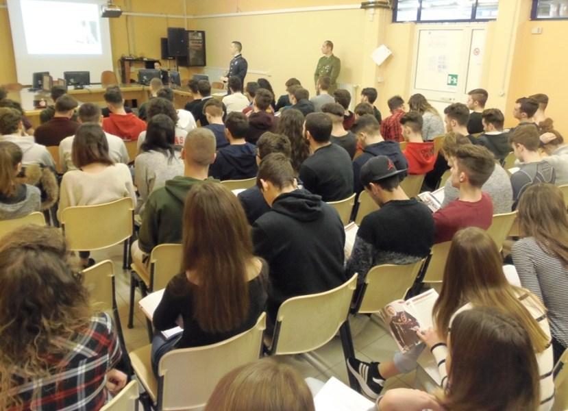 """Gli InfoTeam della scuola Sottufficiali dell'esercito agli Istituti """"Farnese"""" e """"Dalla Chiesa"""""""