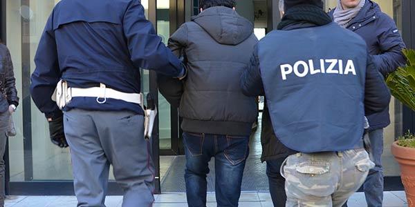 Cameriere sorpreso a rubare soldi e vino da ristorante: un arresto e due denunce