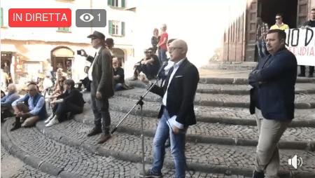 VIDEO – Sit in per dire No all'ampliamento della discarica da Piazza della Repubblica