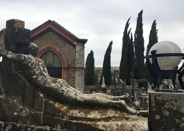 Consolidamento strutturale mura del cimitero e servizi igienici, lavori ultimati ad agosto