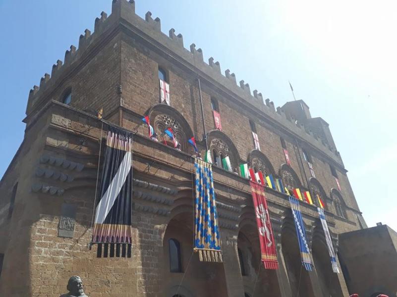 La magia del corteo storico affascina orvietani e turisti. All'interno video e foto