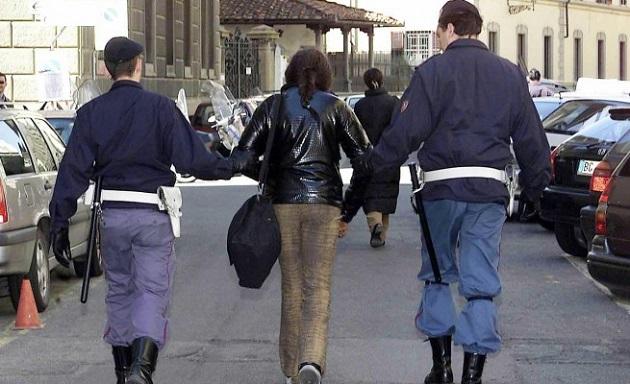 Avvicina 80enne offrendo sesso e gli ruba la catenina, la Polizia arresta giovane rumena