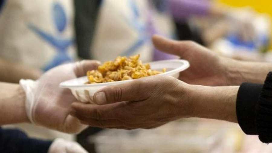 Pranzo dei poveri, consiglieri e dipendenti servono a tavola