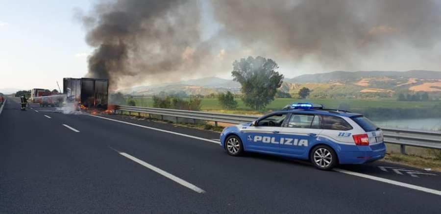 Tir carico di carta prende fuoco in Autostrada