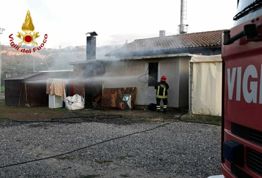Container-cucina in fiamme a Sferracavallo. In fumo derrate ed utensili
