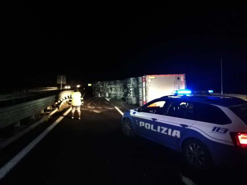 Autoarticolato si ribalta tra Fabro e Chiusi, traffico rallentato in Autostrada