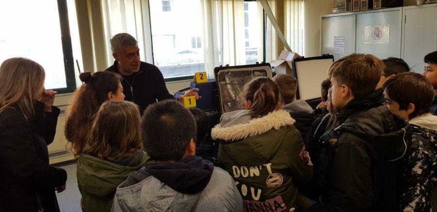 """Gli alunni della classe Va della scuola primaria """"De Amicis"""" in visita alla sede della Polizia di Stato"""