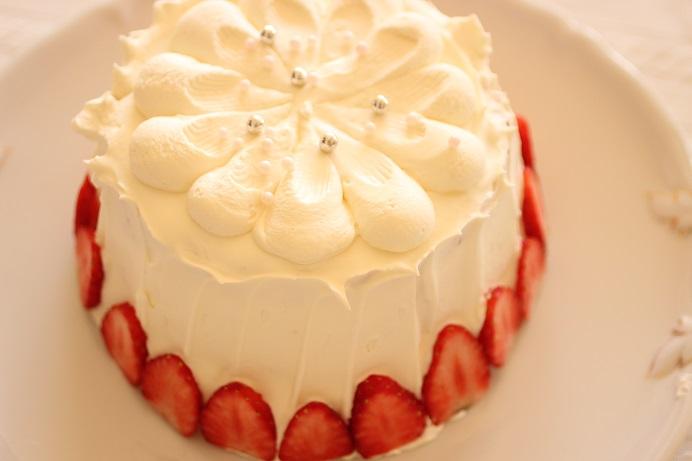 苺のシフォンショートケーキの上は絞ったあとスプーンであとつけ。この日は溝月のスプーンで。
