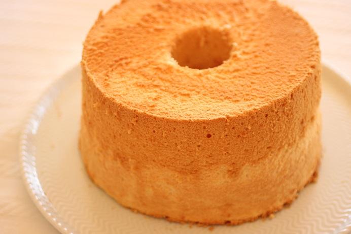私の大好きなプレーンシフォンケーキの配合は21cmφで卵白7個に油60mlに牛乳が120mlというちょっと難易度の高い配合。上手にできると最高の味わい。