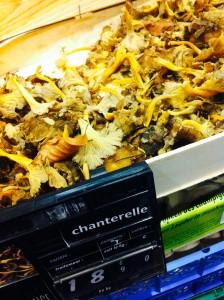 Chanterelleという茸。香り良い。落ち葉混じってます?!