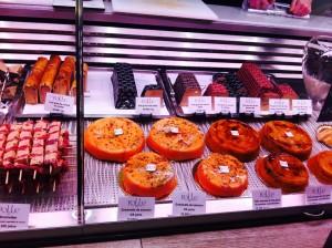 昨日のサーモンタルタルのRoll。朝一なのでショーをパチリ。お菓子見たい。