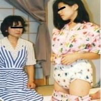 アダルトベイビー靖子と和代ママのレトロな赤ちゃんおむつプレイ