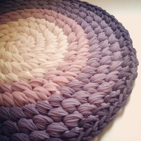 Trapillo T-shirt yarn Cross stitch rug by OsaEinaim    עושה עיניים - שטיח חוטי טריקו בדוגמת איקסים בעיגול