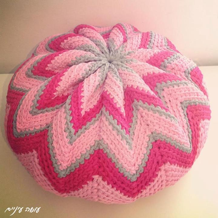 Trapillo T-shirt yarn Pinwheel pouf by OsaEinaim || עושה עיניים - הוראות לסריגת פוף דלעת מחוטי טריקו