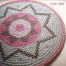 שטיח טפסטרי מחוטי טריקו - עושה עיניים    T-shirt yarn / Trapillo - Tapestry Crochet rug