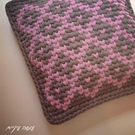 עושה עיניים - כרית טפסטרי מחוטי טריקו    OsaEinaim - T-shirt yarn tapestry pillow