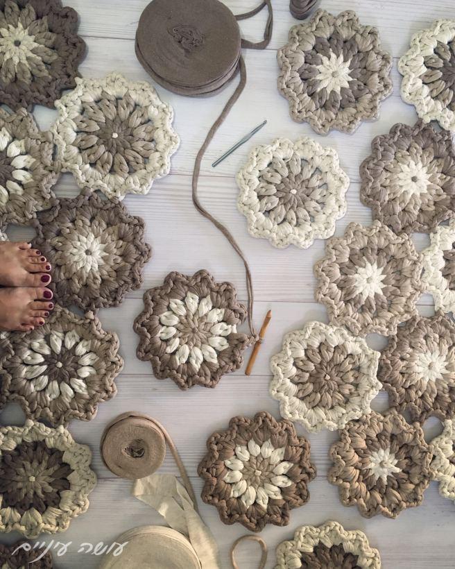 crochet t-shirt yarn trapillo flower rug pattern - by Osa Einaim ||  תרשים לשטיח פרחים מחוטי טריקו - עושה עיניים