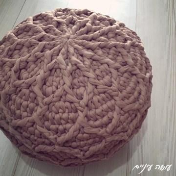עושה עיניים - פוף רשת סרוג מחוטי טריקו    Osa Einaim - Crochet t-shirt yarn trapillo pouf pattern