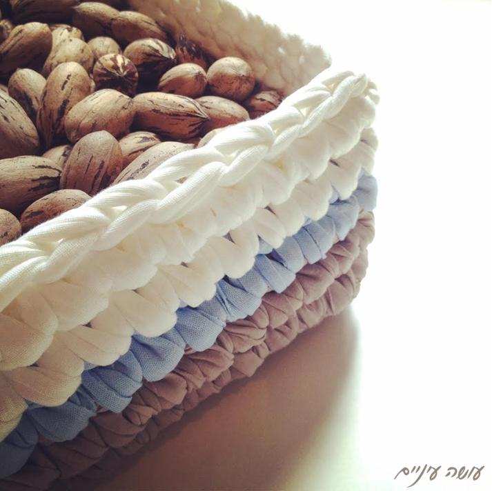 עושה עיניים - סלסלה מרובעת מחוטי טריקו    OsaEinaim - T-shirt yarn basket