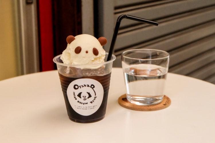 放有熊貓造型霜淇淋的浮冰飲品照片