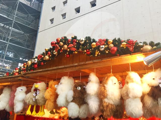 ドイツ・クリスマスマーケット大阪,動物のぬいぐるみが販売されている様子