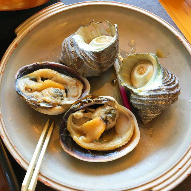 あくら御膳,お皿にさざえとはまぐりが2つずつ並べられている,ひいなの湯,加太,淡島,