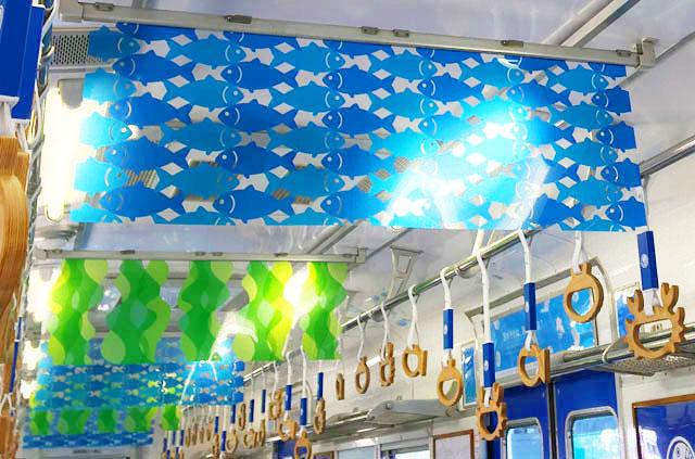 加太さかな線,めでたいでんしゃ,かい,吊り広告にも魚やわかめの柄の透明のセロハンが吊られている,南海電鉄,加太線,