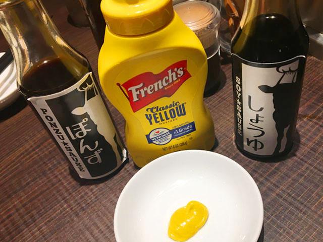 タケル,ステーキ,卓上にマスタードと醤油とポン酢が置かれている,