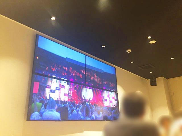 TAKAHIRO,RAMEN&BEER,プロジェクターのスクリーンにはミスチルのコンサートの映像が流れている