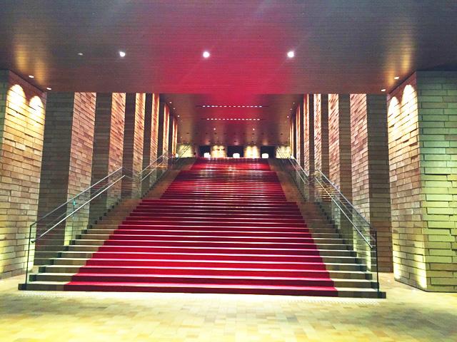 フェスティバルタワー,フェスティバルホール,レッドカーペットの階段