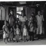 Justina ao centro, com Sr. Pedro e netos. Sem data. Acervo CIMI