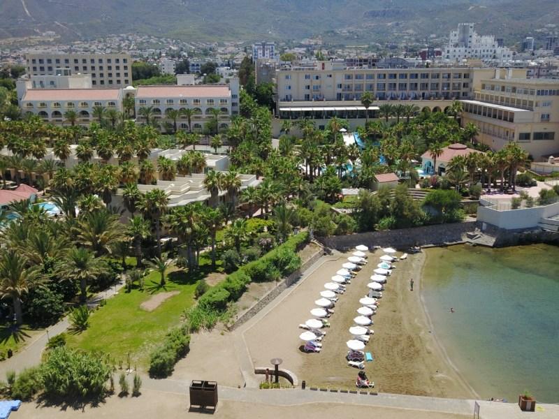 oscar_resort beach
